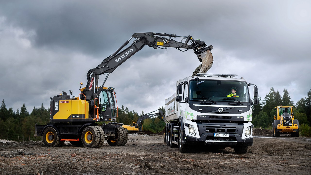 Eldrivna Volvo FMX lastas med grus