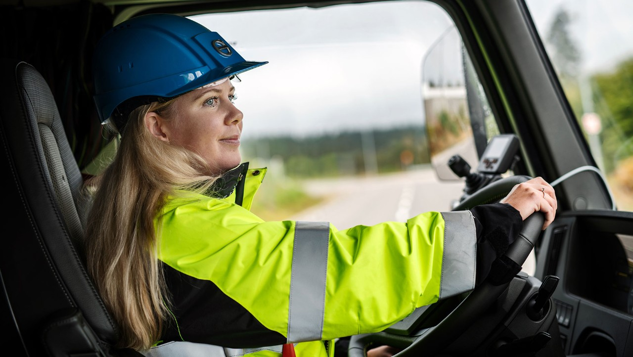 Ebba Bergbom Wallin, Electromobility Business Manager vid Volvo Lastvagnar, bakom ratten i den eldrivna Volvo FMX-lastbilen.